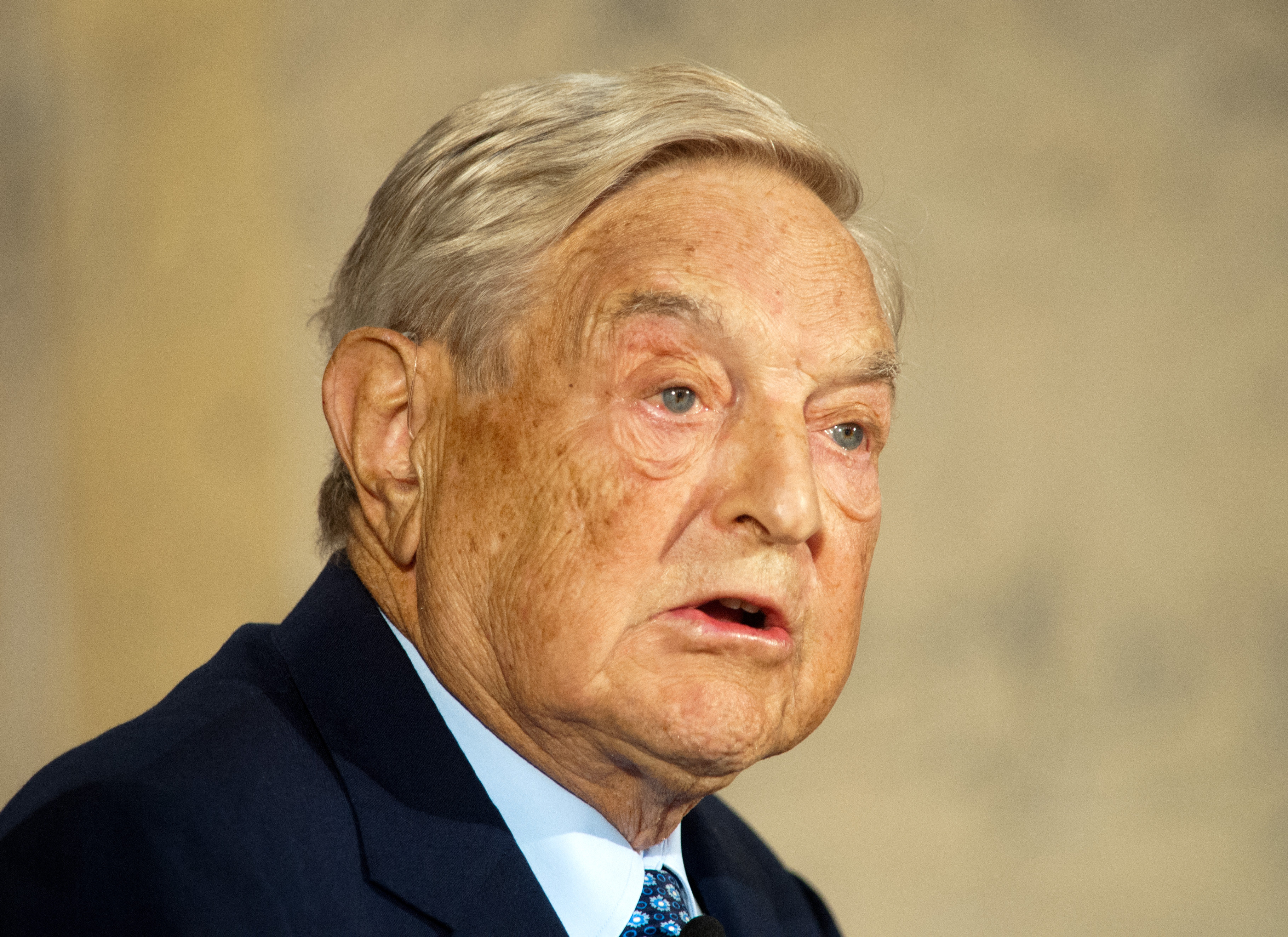 На фото престарелый миллиардер Сорос